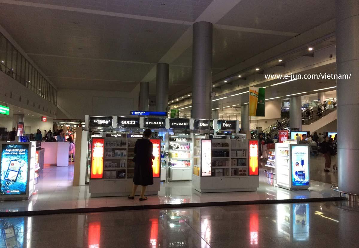落雷でターミナル停電中のタンソンニャット国際空港2018年